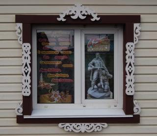 Это окно многодетной и очень творческой семьи Текутьевых - одно из первых украшенных в нашем городе